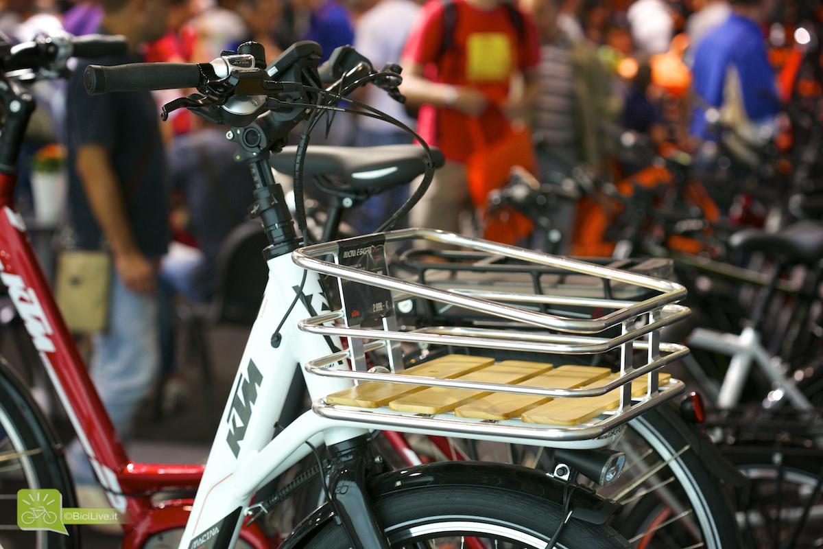 Una foto ravvicinata del portapacchi posto nel frontale della ebike E-Shopper KTM