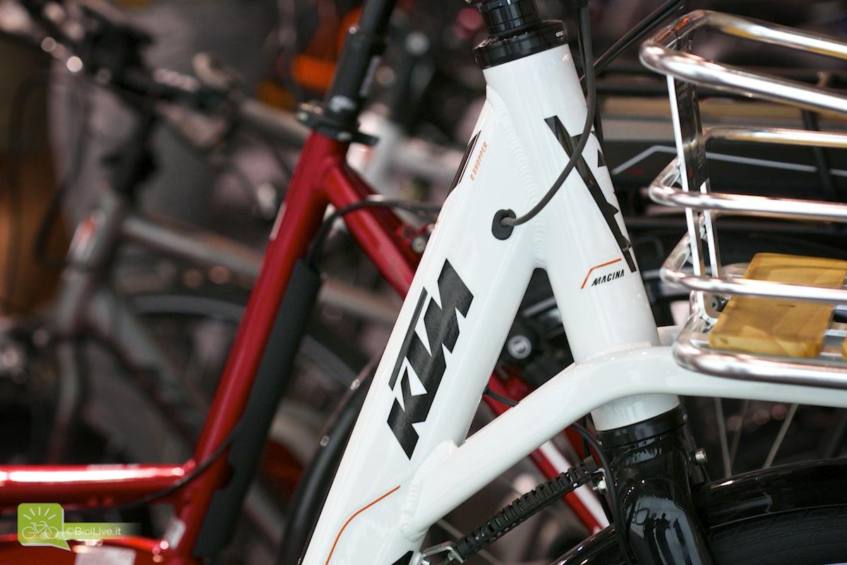 Una foto ravvicinata di un telaio ebike marchiato KTM