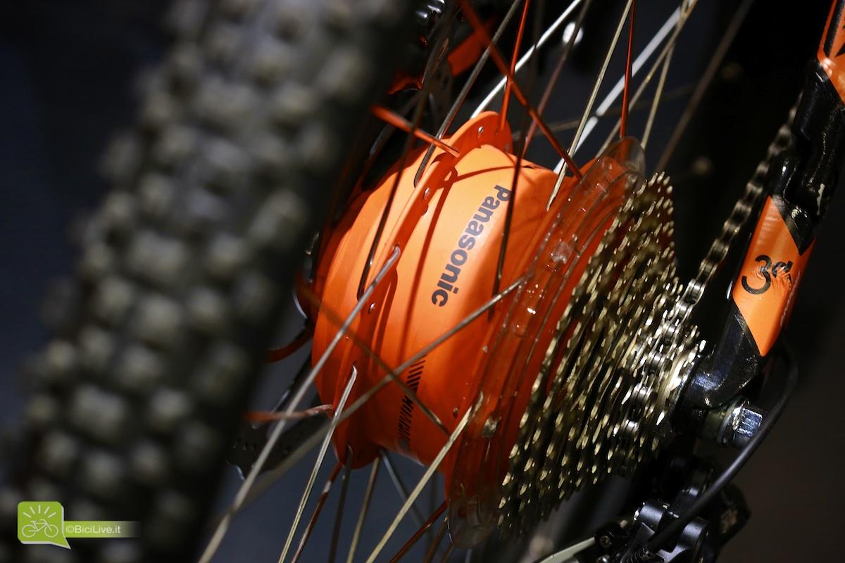 Una foto ravvicinata del motore Panasonic nel mozzo posteriore delle ebike KTM E-Lykan