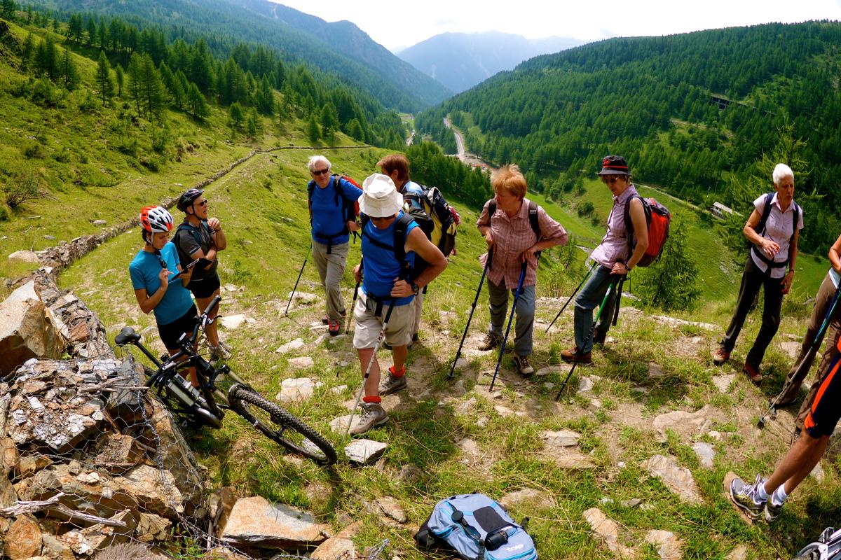 Turisti di montagna che si riposano