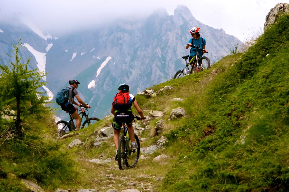 Ciclisti in ebike pedalano su sentieri di montagna