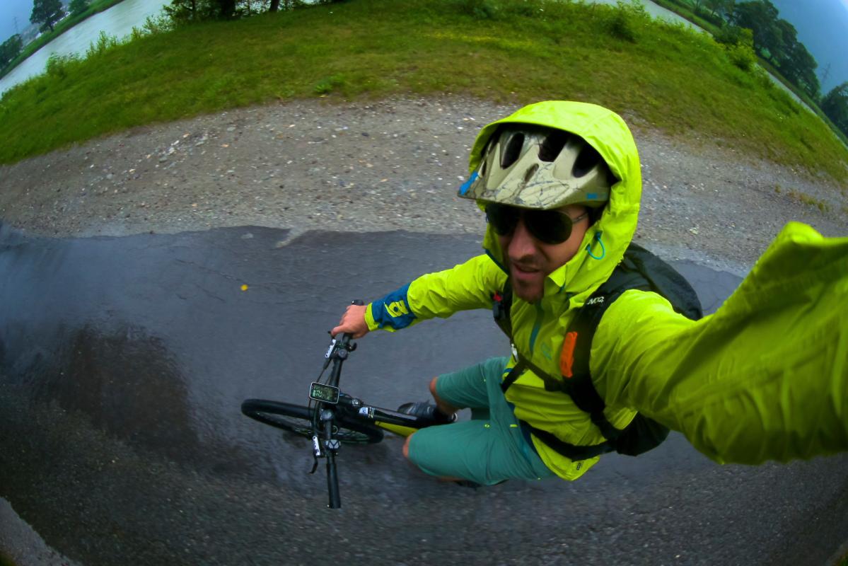 Selfie in bici sotto l'acqua