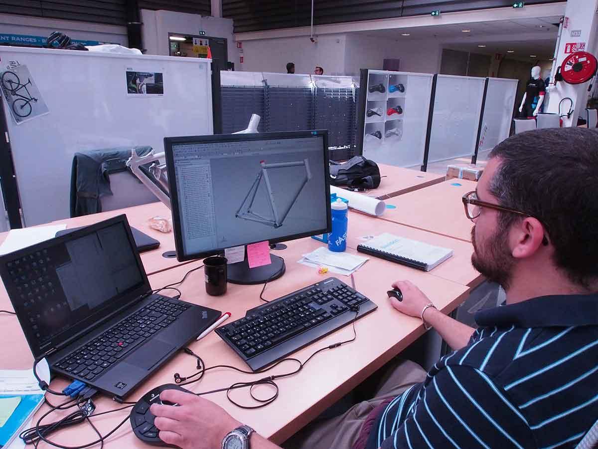 Matteo al suo lavoro di progettazione