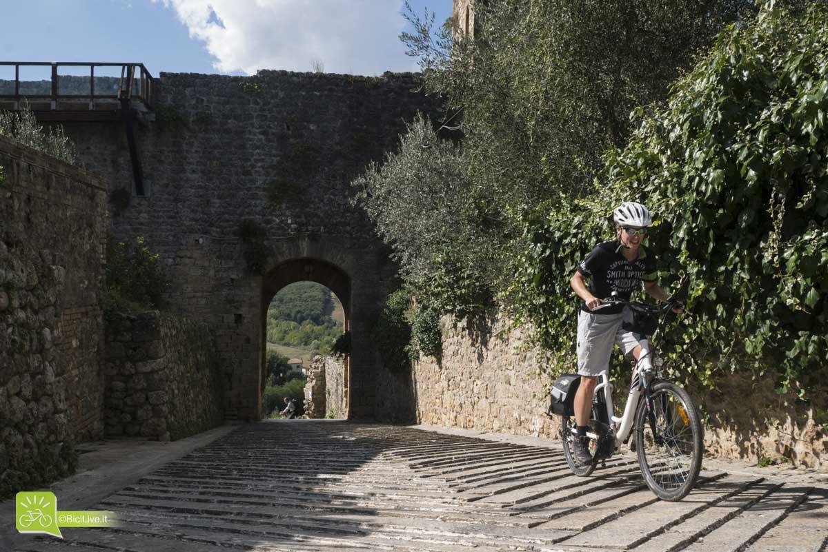La Via Francigena in passa attraverso lo splendido borgo di Monteriggioni. Un'incredibile modo di pedalare in Toscana
