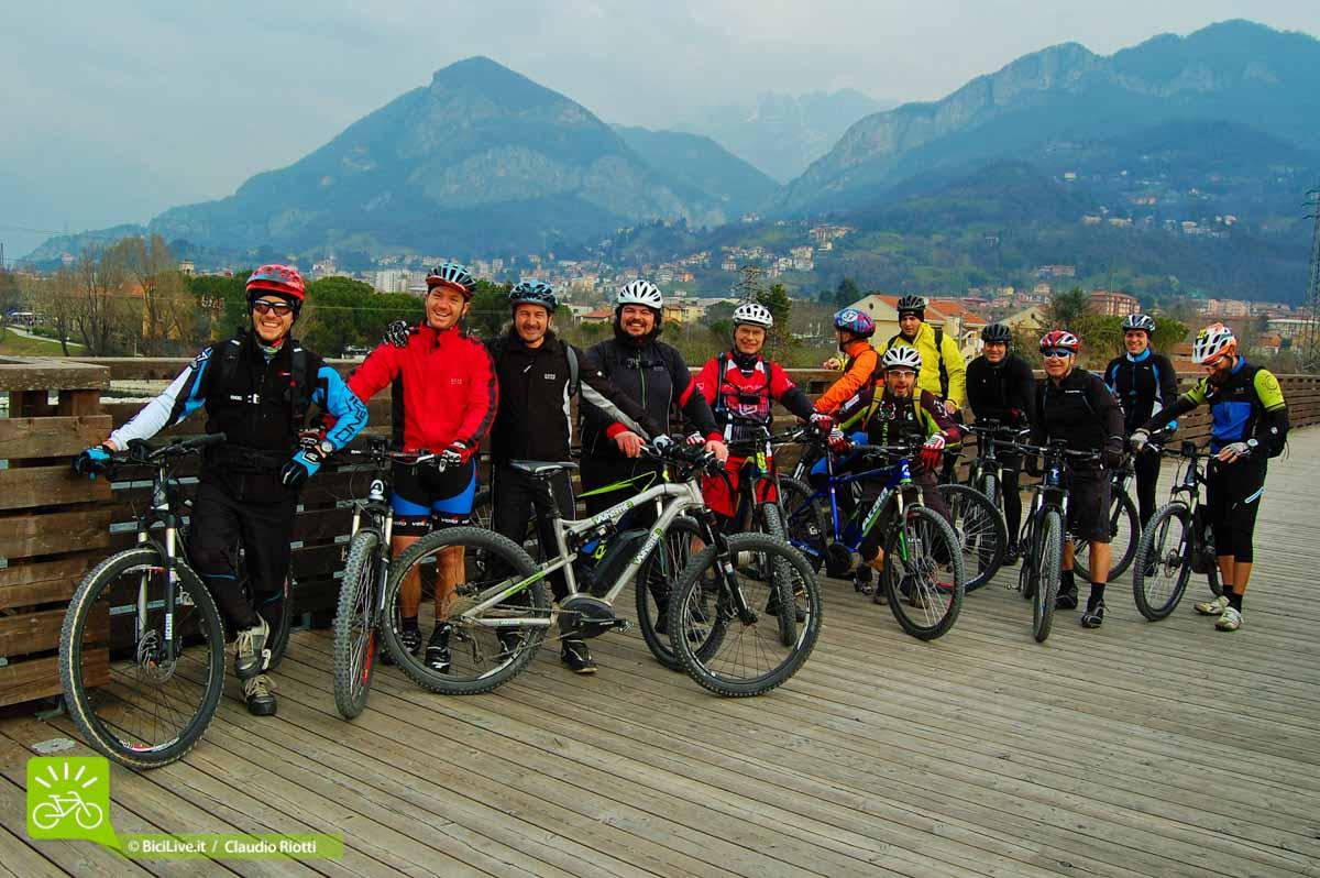 Foto di gruppo per tutti i partecipanti alla prima tappa dell'Atala e-Tour