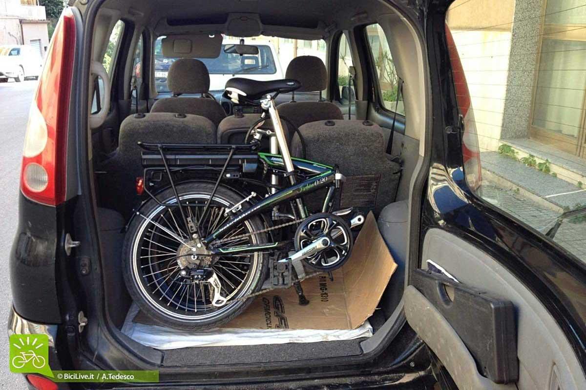 La bici elettrica e-Ischia infilata nel bagagliaio di una macchina Yaris