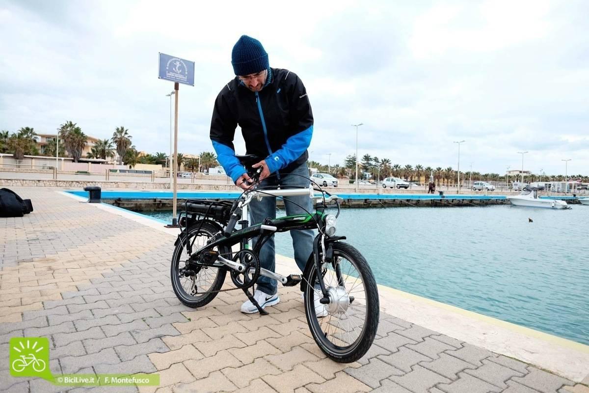 Ripiegare la bici a pedalata assistita e-Ischia