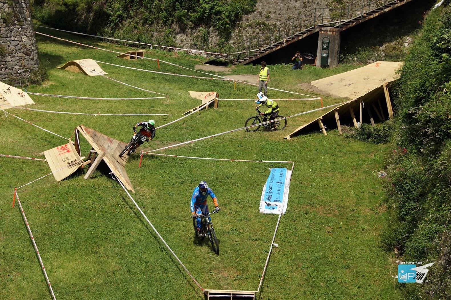 Un momento della gara di UpHill la competizione con mountain bike elettriche