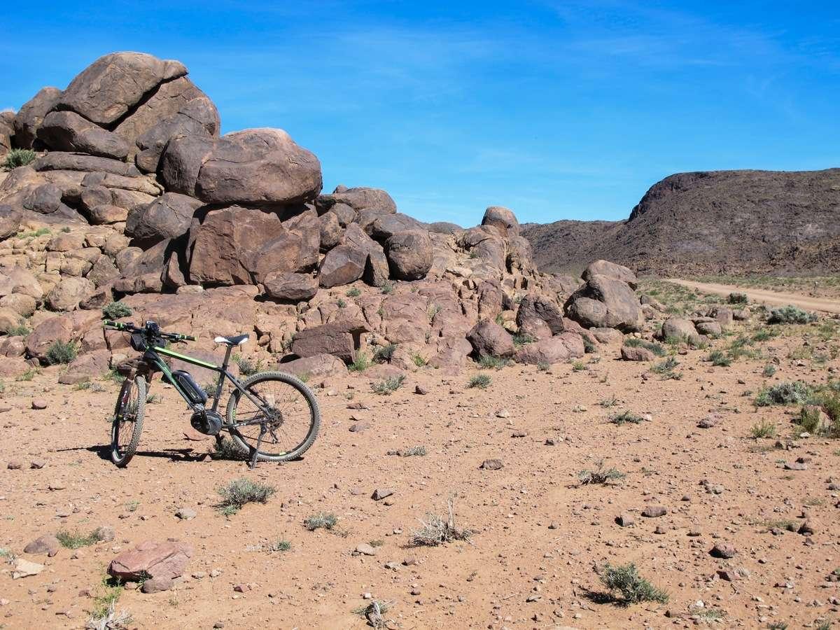 Una bici elettrica nel deserto dell'alto Atlas