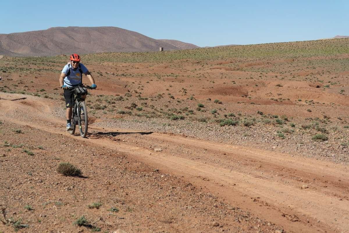 400 km di tour nel deserto di pietra e sabbia. Nonostante il poco allenamento, il divertimento è assicurato. Foto di Franco Tedesco