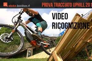 Immagine che mostra rider in salto su una struttura della UpHill di lecco, la gara simila ad una town hill