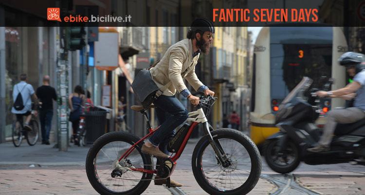 Una foto della bici elettrica Fantic Seven Days per le vie cittadine