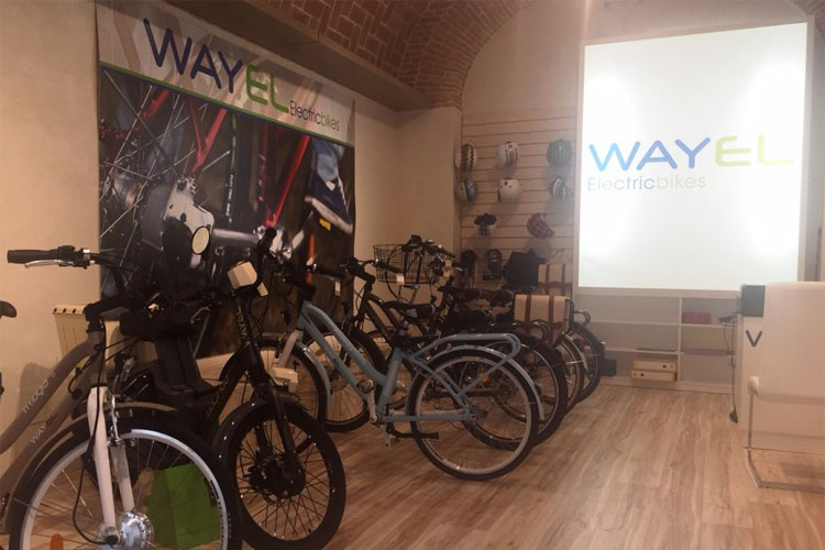 Una foto dell'interno del negozio di ebike di Wayel a Modena