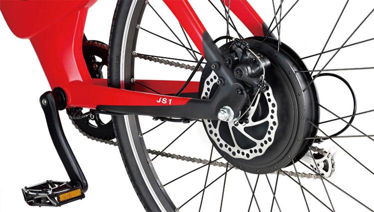 Una foto ravvicinata del posteriore della bici elettrica JS1 della BESV