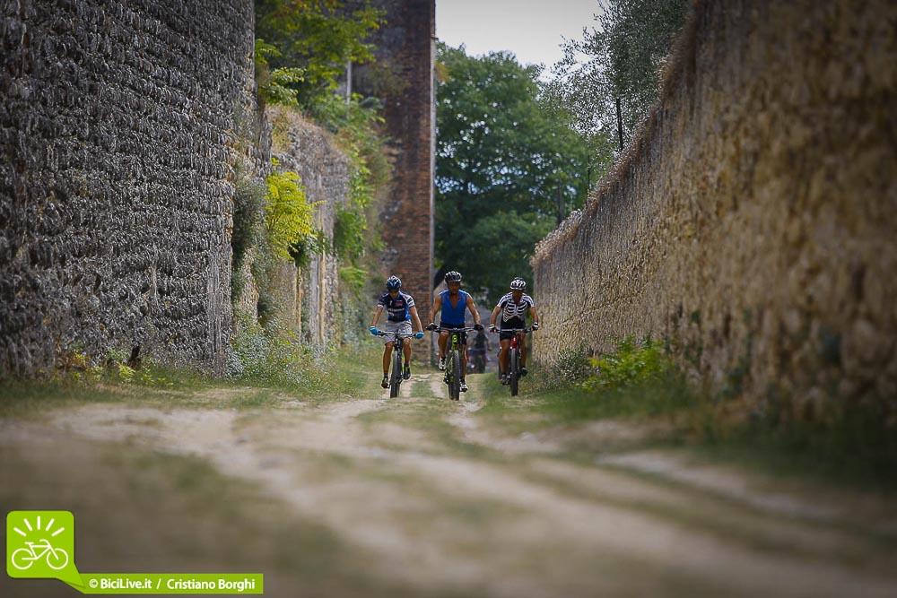 Il suggestivo giro tra le mura dei castelli sulle Torricelle