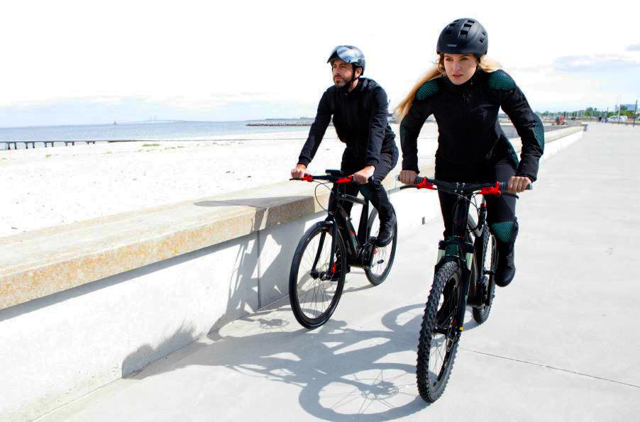 foto di due ciclisti con ebike e l'abbigliamento pure electric