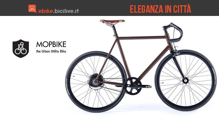 Una foto promozionale per la bici elettrica italiana Mopbike