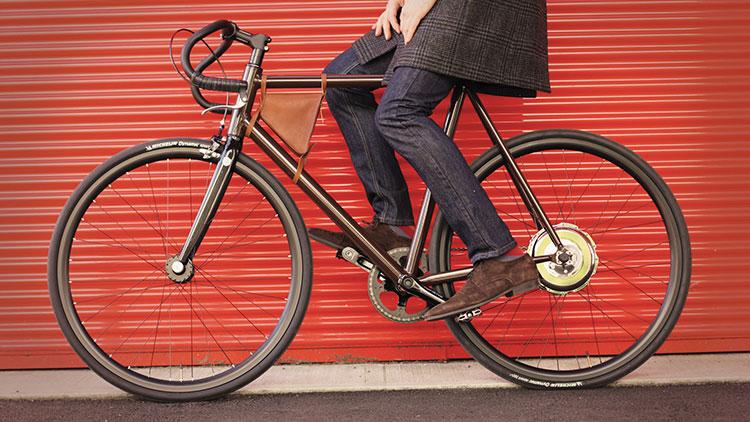 Una foto della elegante ebike Mopbike usata in città