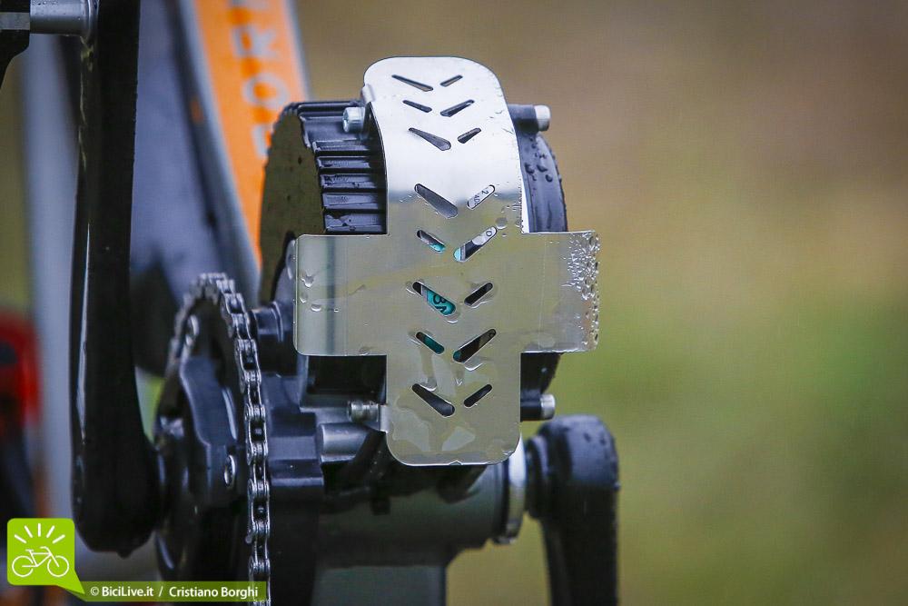 La protezione del motore Sunstar, un po' spartana e non molto efficace in caso di urto, si può impigliare facilmente contro rocce o rami