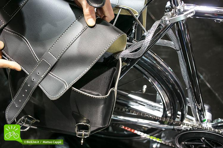 La batteria è alloggiata nella borsa in cuoio realizzata da Montegrappa