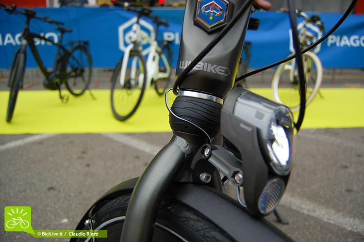 Un dettaglio dell'anteriore della ebike Piaggio Wi-Bike
