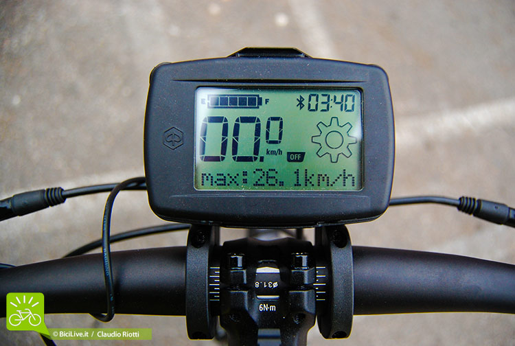 Un dettaglio del computer di bordo della ebike Piaggio Wi-Bike