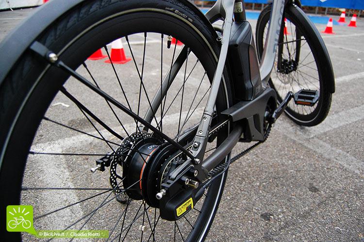 Un dettaglio del posteriore della bicicletta a pedalata assistita Piaggio Wi-Bike