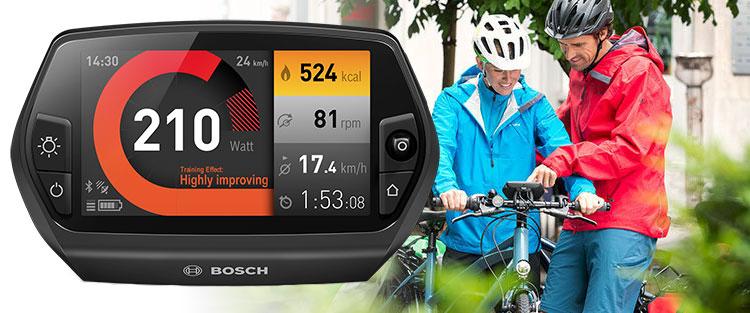 Una coppia di ciclisti alle prese con un Nyon della Bosch