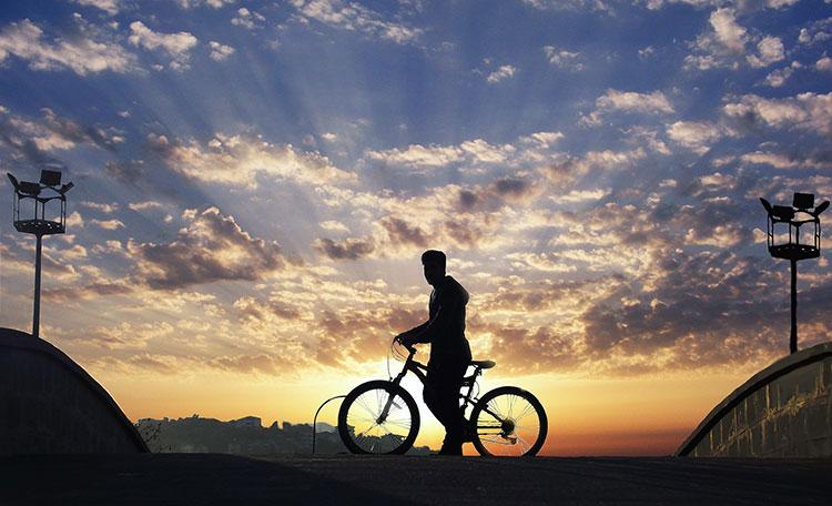Un ciclista elettrico che desidera un futuro a mobilità sostenibile