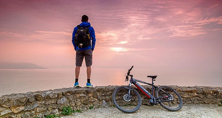 Un ciclista con mtb elettrica guarda al futuro