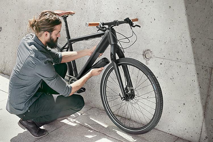 L'operazione di rimozione di motore, batteria e sensore di pedalata Fazua Evation