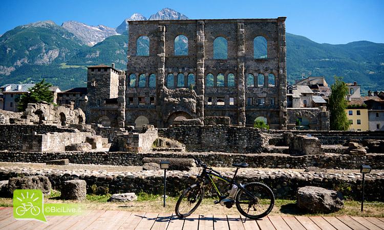 Una bicicletta elettrica durante un viaggio cicloturistico in valle d'aosta