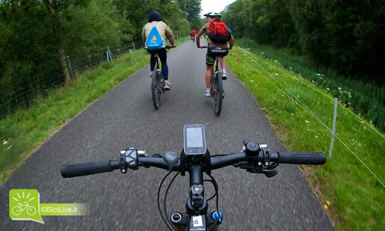 foto del manubrio e il ciclocomputer di una bicicletta elettrica