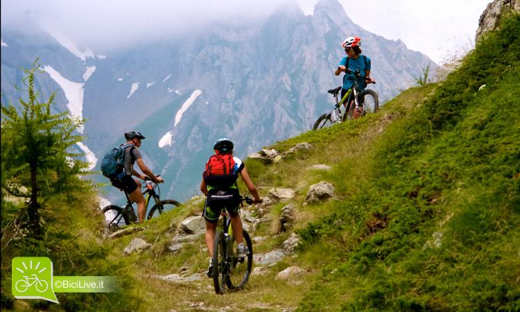 foto di Tre ciclisti in sella a una mtb elettrica