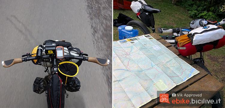 una bicicletta a pedalata assistita equipaggiata con navigatore gps e borse da viaggio