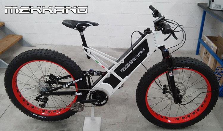 Una bicicletta eMTB Fat di Mekkano Bike mentre ricarica la sua batteria