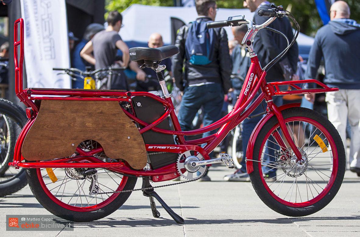 Una bicicletta cargo elettrica Pedego Stretch nella colorazione rossa