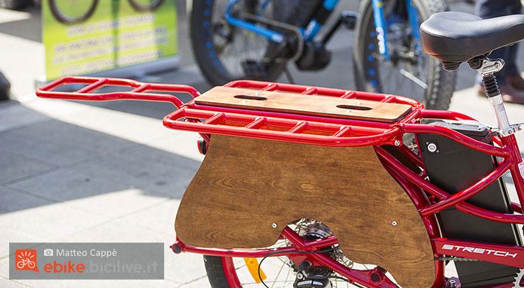 Il portapacchi posteriore della bici cargo a pedalata assistita Pedego Stretch