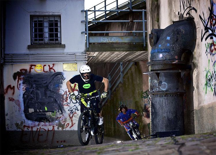 Rider in sella a eMTB gareggiano tra le vie di Lecco