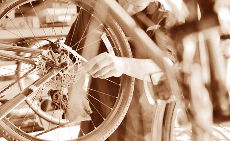 Un ciclista al lavoro su una bicicletta elettrica