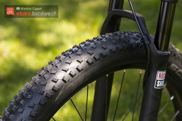 La forcella Rock Shox e il pneumatico Schwalbe montati sulla bici Haibike Xduro Hardseven+ RX