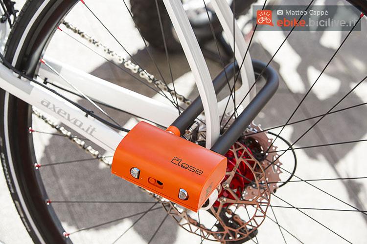 Un lucchetto a U myClose a protezione di una mountain bike elettrica