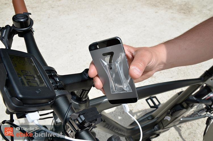 foto del retro dello smartphone applicato alla wi bike di piaggio