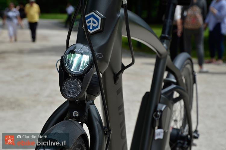foto della wi bike piaggio in vista frontale