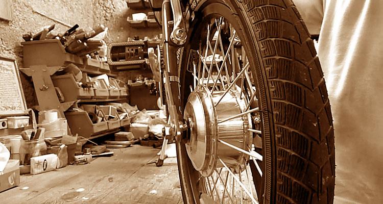 Un garage con una bicicletta normale diventata elettrica