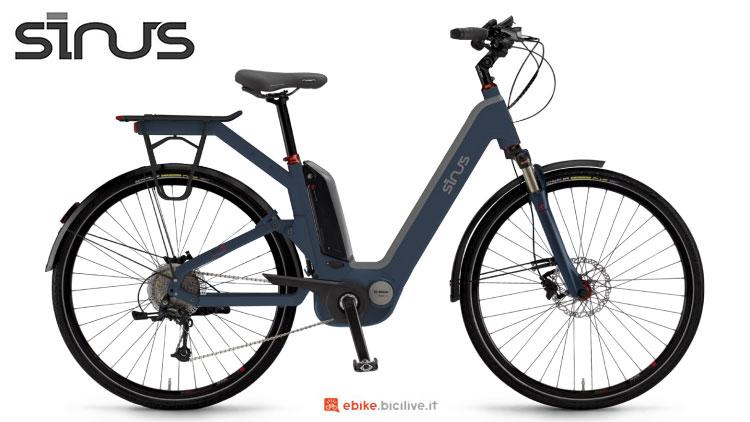 Una urban eBike Sinus Dyo 9 con scavallo basso e portapacchi.