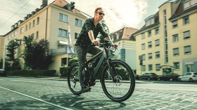 Un uomo in sella a una bicicletta elettrica a pedalata assistita Winora del 2017