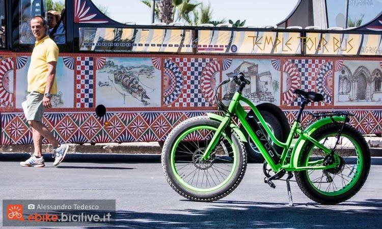 Un turista osserva la citybike elettrica Bad Bike Evo 250 W Fat