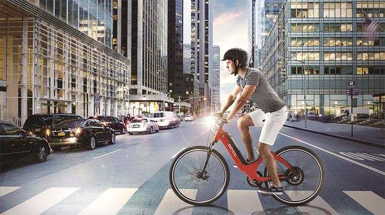 Un ciclista attraversa la strada sulle strisce pedonali
