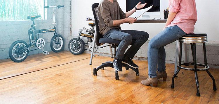 Bici R5 Airwheel ripiegate in un ufficio